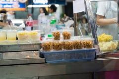 泰国夜食物市场,夜场面的中国甜点心商店 库存图片
