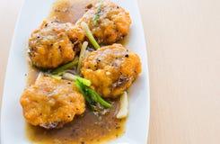 泰国大虾在小汤结块 免版税库存图片