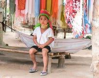 泰国女孩坐长凳 图库摄影