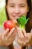 泰国女孩用水果和蔬菜。 库存照片
