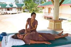 泰国女按摩师在海滩的工作 免版税库存图片