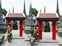 泰国妇女丧钟响铃在Wat Phra Mahathat Woramahawihan 图库摄影