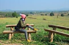 泰国妇女为休息坐在冬天季节的观点在班卡 免版税库存图片
