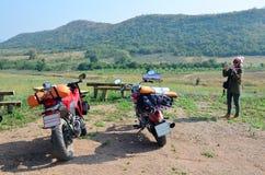 泰国妇女乘照片体育摩托车和砍刀摩托车 免版税库存图片