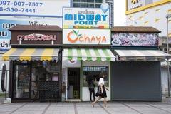 泰国妇女人买为喝酿造了在咖啡店 图库摄影