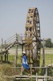 泰国妇女人民旅行和摆在与大木涡轮打包机水轮 库存图片