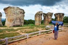泰国妇女人民旅行和摆在与平均观测距离Hin的射击照片 免版税图库摄影
