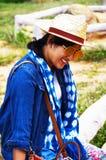 泰国妇女人民旅行和摆在与平均观测距离Hin的射击照片 库存照片