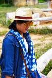 泰国妇女人民旅行和摆在与平均观测距离Hin的射击照片 免版税库存照片