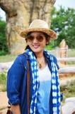 泰国妇女人民旅行和摆在与平均观测距离Hin的射击照片 免版税库存图片