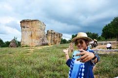 泰国妇女人民旅行和摆在与平均观测距离Hin的射击照片 库存图片