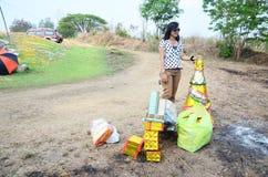 泰国妇女偶象纸或地狱金钱为烧伤做准备 免版税库存图片