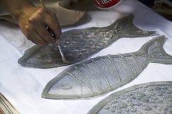 泰国妇女创造和做蜡染布栓染料自然颜色在T嘘 库存照片