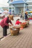 泰国妇女包装在街道泰国上的食物袋子 免版税库存照片
