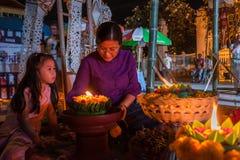 泰国妇女和一个小女孩佩带被编织的传统棉花 免版税库存图片