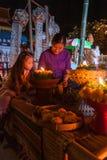 泰国妇女和一个小女孩佩带被编织的传统棉花 免版税库存照片