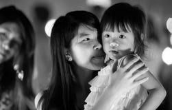 年轻泰国妇女和她的女儿 免版税库存图片