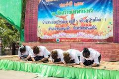 泰国妇女在佛教被借的天祈祷 免版税库存照片