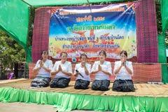泰国妇女在佛教被借的天祈祷 图库摄影