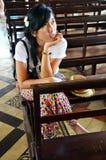 泰国妇女在天主教主教管区教会里在庄他武里 库存图片