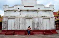 泰国妇女在曼德勒宫殿旅行和画象在曼德勒,缅甸 免版税库存照片