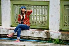 泰国妇女在曼德勒宫殿旅行和画象在曼德勒,缅甸 免版税库存图片