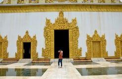 泰国妇女在Atumashi Kyaung修道院旅行在曼德勒,缅甸 免版税库存照片