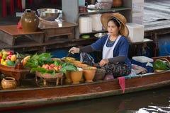 泰国妇女在Taling陈浮动市场上 曼谷泰国 免版税库存图片