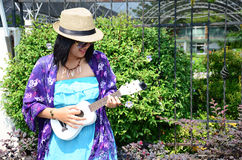 泰国妇女戏剧尤克里里琴或小声学吉他 免版税图库摄影