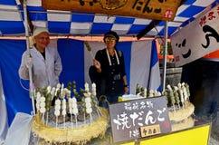 泰国妇女拍与出售商Dango日本人快餐的照片 库存图片