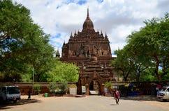 泰国妇女旅行和画象在Bagan考古学区域Htilominlo寺庙  库存图片