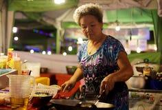 泰国妇女烹调 免版税库存照片