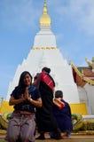 泰国妇女祈祷Chedi和菩萨st的旅行参观和画象 免版税图库摄影