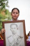 泰国妇女,泰国女孩拿着泰国的国王的图片 图库摄影