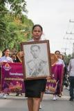 泰国妇女,泰国女孩拿着泰国的国王的图片 库存照片