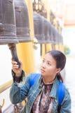泰国妇女击中了响铃 库存图片