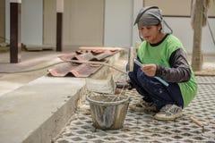 泰国妇女建筑工人涂灰泥 免版税图库摄影
