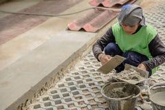 泰国妇女建筑工人涂灰泥 图库摄影