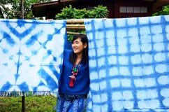 泰国妇女画象和摆在与传统泰国mauhom凝块 免版税库存照片