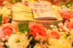 泰国婚礼新娘价格 安置在一朵五颜六色的花t 库存图片