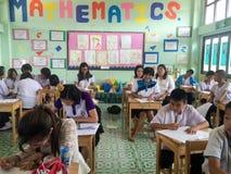 泰国学生在教室坐 免版税库存图片