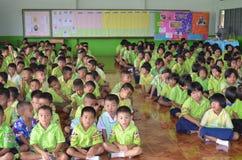 泰国学生在教室 免版税库存照片