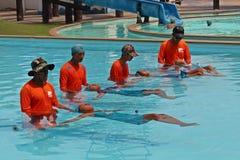 泰国学生学习游泳 库存照片
