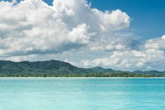 泰国安达曼海 在海岸酸值姚亚伊的美丽的海边海湾 海滩和山令人惊讶的海景在海滨附近 风景 免版税库存图片