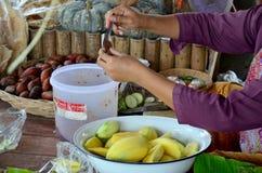 泰国客商与盐和辣椒酱的辣椒为芒果做准备 免版税库存图片