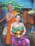 泰国寺庙修士剃发 库存图片