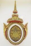 泰国寺庙古老金黄雕刻的木窗口 免版税图库摄影