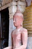 泰国寺庙和美丽的白色塔是美好的灰泥设计 库存照片