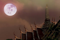 泰国寺庙艺术性的夜间照片和满月和dramat 图库摄影