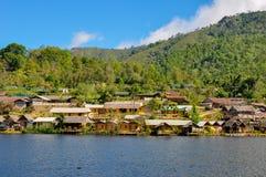 泰国小山部落people& x27; 在湖旁边的s村庄 免版税库存图片